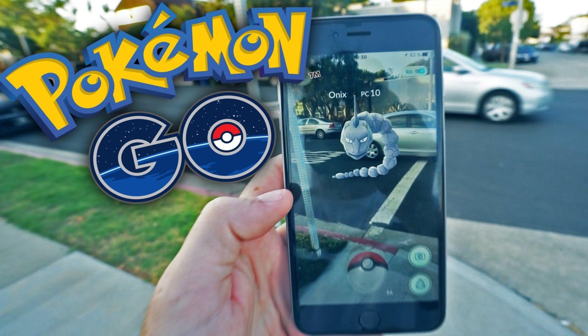 Pokémon GO: polizia trova un uomo che gioca con 8 smartphone in auto